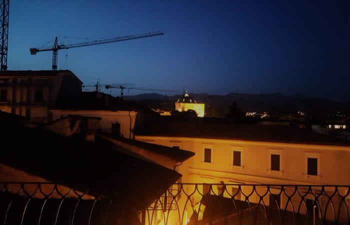 Terrazzo e la città di notte